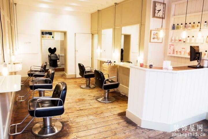 小型理发店门面室内原木地板装修效果图片